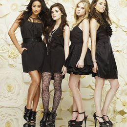 Pretty Little Liars / Pretty Little Liars (01. Staffel, 22 Folgen) / Ashley Benson / Lucy Hale / Troian Avery Bellisario / Shay Mitchell Poster