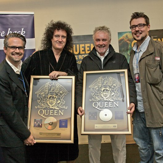 "EMI ehrte Queen mit 16 Gold-Awards für ""Greatest Hits I & II"" / Dirk Ewald, Brian May und Roger Taylor, Philippe Koenig Poster"