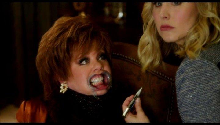 Michelle und Tito bezeichnen Claire als huchsig - Szene Poster