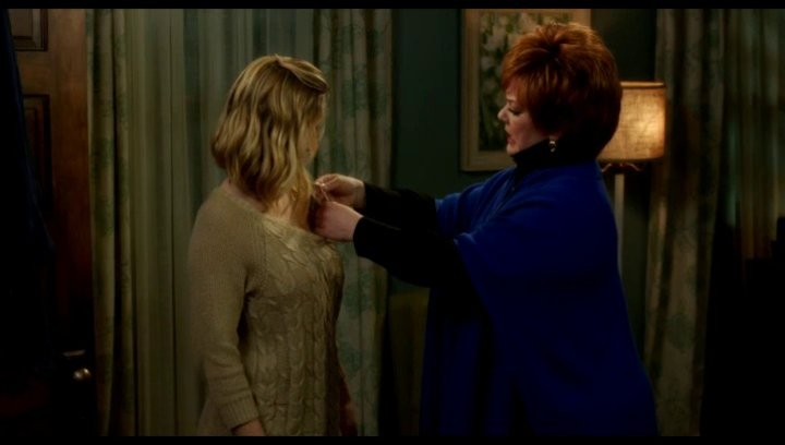 Michelle hilft Claire mit ihrem BH - Szene Poster