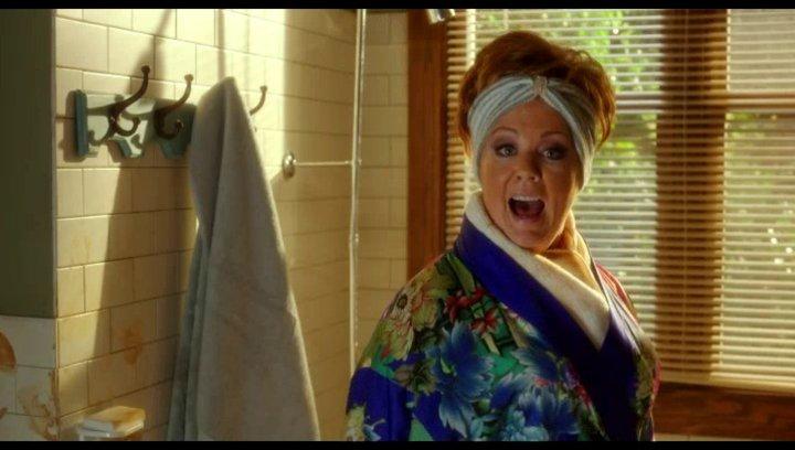 Michelle benutzt Selbstbräuner in Claires Badezimmer - Szene Poster