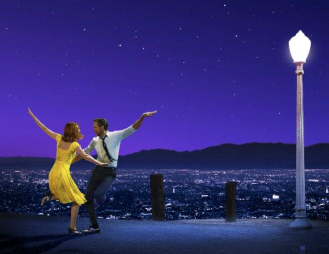 Ryan Gosling Emma Stone tanzen in La La Land über den Dächern von Los Angeles © Warner Bros.