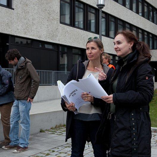 """Nicole Weegmann und Producerin Anja Föringer am letzten Drehtag von """"Dünnes Eis"""" Poster"""