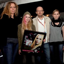 "Avril Lavigne erhielt vom schweizer Sony-BMG-Team eine Platinauszeichnung für Ihr Album ""The Best Damn Thing"" / Julie Born, Avril Lavigne, Wolfgang Orthmayr und Katrin Lüthy Poster"