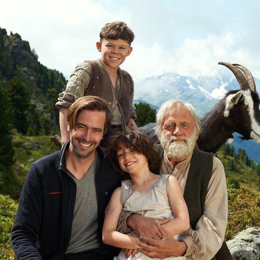 """Alain Gsponer (vorne links), Anuk Steffen (Heidi), Quirin Agrippi (Geissenpeter) und Bruno Ganz (Almöhi) am Set von """"Heidi"""" im Schweizer Kanton Graubünden Poster"""