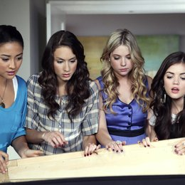 Pretty Little Liars / Pretty Little Liars (01. Staffel, 22 Folgen) / Ashley Benson / Troian Avery Bellisario Poster