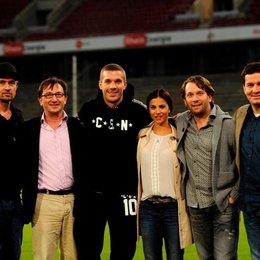 Christof Wahl, Produzent Marc Conrad, Lukas Podolski, seinen neuen Kollegen Aylin Tezel und Christian Ulmen sowie Autor Moritz Netenjakob Poster