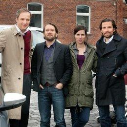 Stephan Grossmann, Christian Ulmen, Nora Tschirner und Produzent Quirin Berg am Set in Weimar (v.l.) Poster