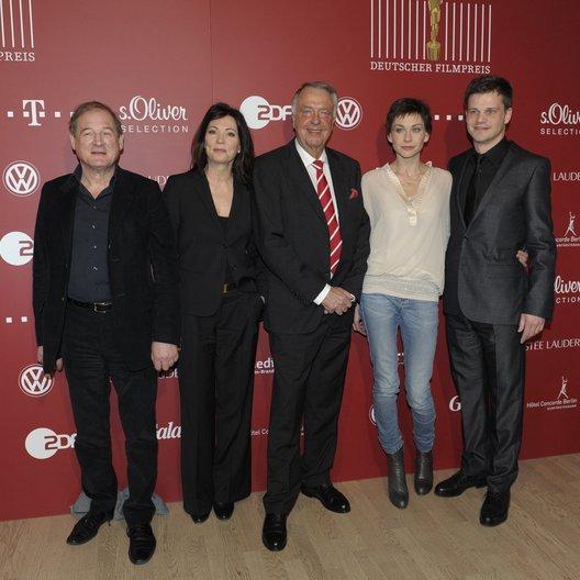 Bernd Neumann (M.), Vorjahresgewinner Burghart Klaußner, Iris Berben, sowie dem Vorstandsmitglied Christiane Paul und Benjamin Herrmann, dem künstlerischen Leiter der Gala (v.l.n.r.) Poster