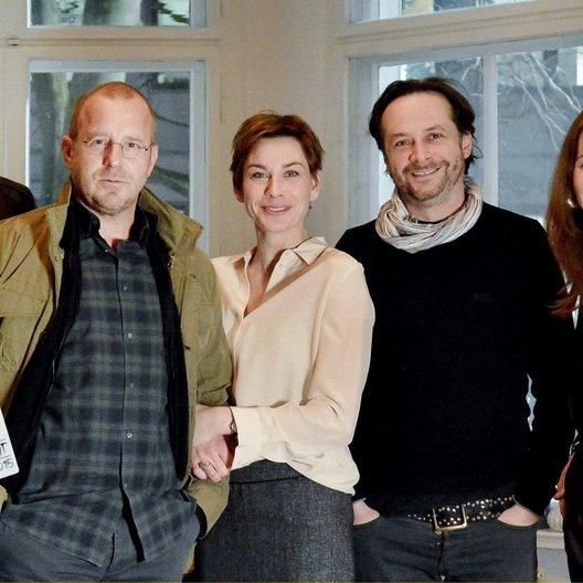 """Fritjof Hohagen, Heino Ferch, Christiane Paul, Regisseur Elmar Fischer, Produzentin Nicole Swidler am Set von """"Unterm Radar"""" Poster"""