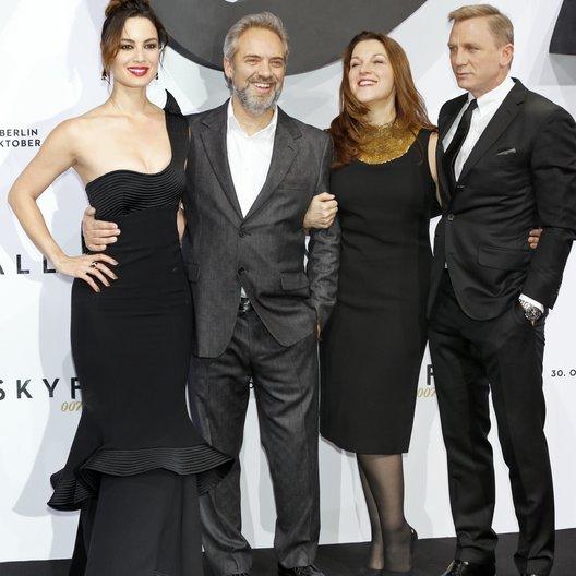 "Bérénice Marlohe / Sam Mendes / Barbara Broccoli / Daniel Craig / Filmpremiere ""Skyfall"" Poster"