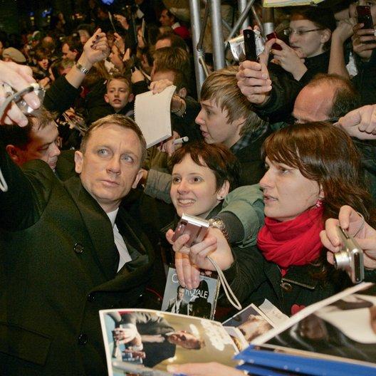 """Deutschlandpremiere von """"James Bond 007: Ein Quantum Trost"""" in Berlin / Daniel Craig Poster"""