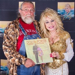 Richard Weize (Bear Family) und Dolly Parton Backstage in der O2 World Berlin Poster