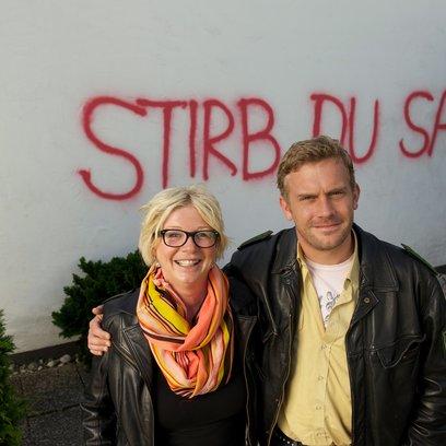 "Rita Falk und Sebastian Bezzel am ""Dampfnudelblues""-Set / Dampfnudelblues. Ein Eberhoferkrimi Poster"