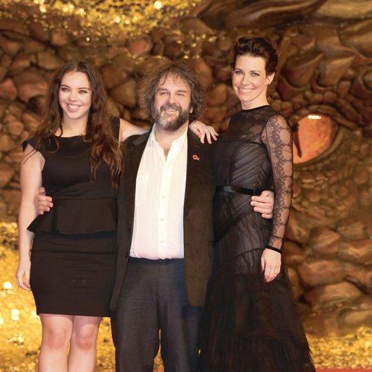 """Europapremiere von """"Der Hobbit: Smaugs Einöde"""" in Berlin / Katie und Peter Jackson mit Evangeline Lilly Poster"""