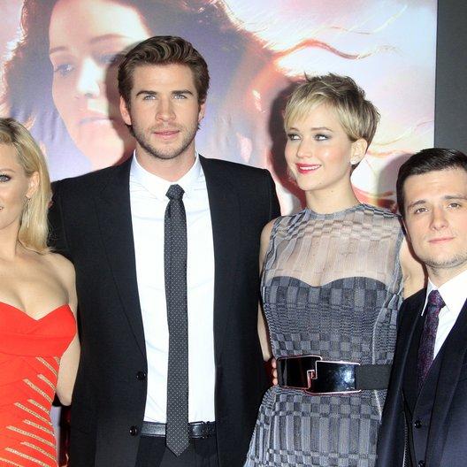 """Elizabeth Banks / Liam Hemsworth / Jennifer Lawrence / Josh Hutcherson / Filmpremiere """"Die Tribute von Panem - Catching Fire"""" Poster"""