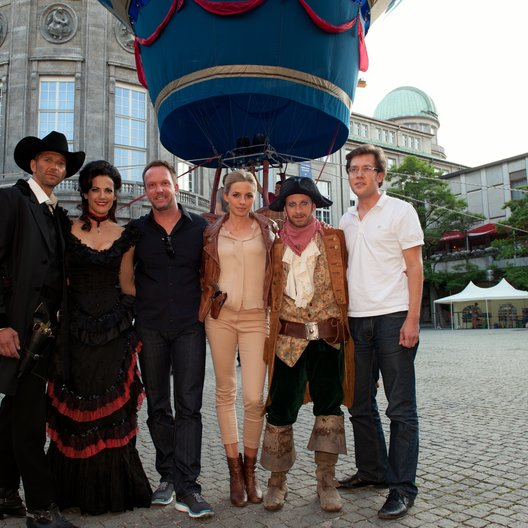 Kai Wiesinger, Bettina Zimmermann, Annika Blendl und Fabian Busch mit den beiden Produzenten Stefan Raiser (3.v.l.) und Felix Zackor (ganz rechts) Poster