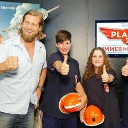 Henning Baum mit den Jugendfeuerwehr-Mitglieder Leonhard Murr, Sofia Pepperl und Samuel Runkel (v.l.n.r.). Poster