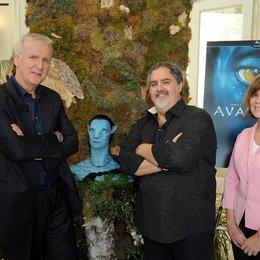 James Cameron, Jon Landau und Kathleen Rogers, Präsidentin des Earth Day Networks (v.l.) Poster
