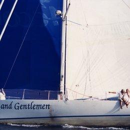 """And Now ... Ladies and Gentlemen / Jeremy Irons """"Valentin"""" bricht auf seinem neuen Boot """"Ladies and Gentlemen"""" zu einem Segeltörn rund um die Welt auf. Poster"""
