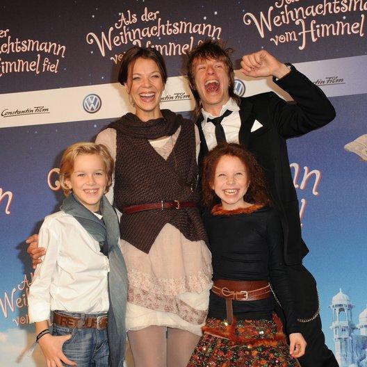 Jessica Schwarz und Alexander Scheer mit den Jungdarstellern Noah Kraus und Mercedes Jadea Diaz. Poster