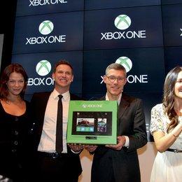 """Xbox One-Launch im """"Microsoft Berlin"""" / Jessica Schwarz mit Oliver Kaltner und Christian Illek, sowie Johanna Klum Poster"""