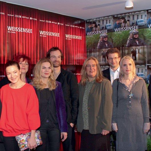"""Premiere von """"Weissensee, Staffel 2"""" in Berlin / Florian Lukas, Hannah Herzsprung, Regina Ziegler, Anna Loos, Jörg Hartmann, Jana Brandt, Wolf-Dieter Jacobi, Annette Hess und Friedemann Fromm Poster"""