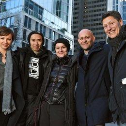"""Julia Koschitz, Kameramann Ngo The Chau, Regisseurin Franziska Meletzky, Jürgen Vogel, Produzent Sam Davis am Set von """"Vertraue mir"""" Poster"""