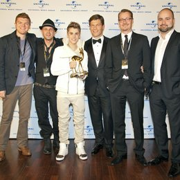 Michael Alexander (Director International Marketing Island DefJam), Sven Kilthau-Lander, Justin Bieber, Frank Briegmann, Dirk Baur und Sergio Garcia-Vidal (Head Of Pop Marketing UID) v.l. Poster