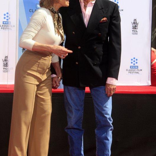 Jane Fonda verewigt ihre Hände und Füße / TCL Chinese Theatre / April 2013 in Hollywood / Peter Fonda Poster