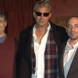 Paolo D'Alessandro (Union Entertainment Group, European Manager), Kevin Costner und Max Vaccaro (v.l.n.r.) Poster