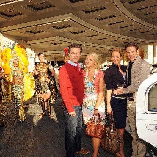 Kreuzfahrt ins Glück: Hochzeitsreise nach Las Vegas (ZDF / ORF) / Lara Joy Körner / Timothy Peach / Jessica Boehrs / Alexander Sternberg