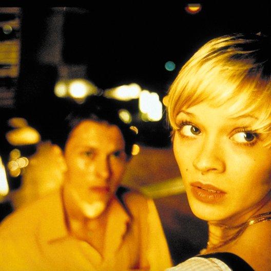 100 Pro / Marcel (Luca Verhoeven) und Vicky (Mavie Hörbiger) auf der Treppe zum Spy Club Poster
