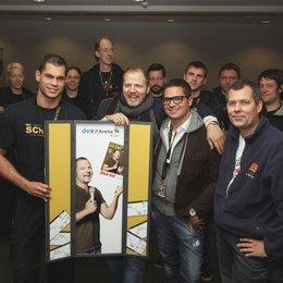 Mario Barth (Mitte) mit seinem Team und Peter Rengel (Leiter der ÖVB-Arena Bremen, vorn, rechts)