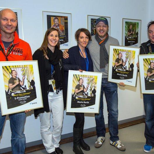 Stefan Schornstein (S-Promotion), Hanni Dörr und Melanie Gremm (beide SAP Arena), Mario Barth und sein Tourmanager Eckheart Fürkötter