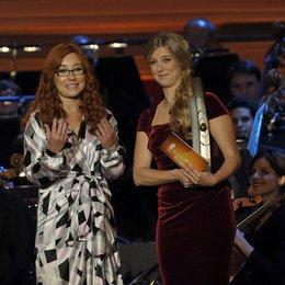 """Echo Klassik 2012 / Tori Amos, die Preisträgerin in der Kategorie """"Klassik ohne Grenzen"""" mit Moderatorin Nina Eichinger Poster"""