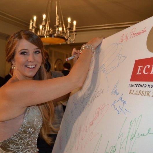 """Echo Klassik 2013 / Autogramm für """"Ein Herz für Kinder"""": Moderatorin Nina Eichinger beim Echo Klassik 2013 Poster"""