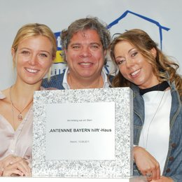 Nina Eichinger, Thomas P. Friedl (Artists for Kids) und Felicitas Hönes (Stiftung ANTENNE BAYERN hilft'). Poster