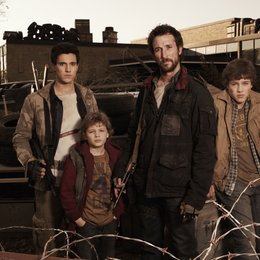 Falling Skies / Noah Wyle / Drew Roy / Maxim Knight / Connor Jessup Poster