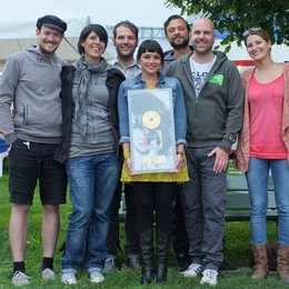 Florian Reichen, Stefania Lorenzetto, Gaëtan Fragnière (Promotion & Marketing Manager Romandie), Norah Jones, Sandro Burkart (Product Manager), Beat Binggeli und Anita Spahni (v.l.) Poster