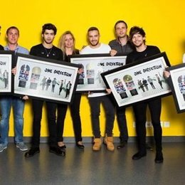Sony Music Switzerland Team mit der Boyband One Direction Poster