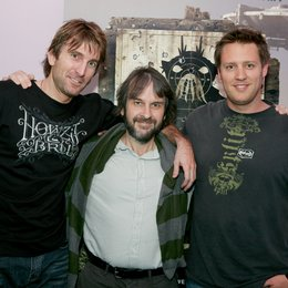 """District 9""-Regisseur Neill Blomkamp (r.) mit Sharlto Copley (l.) und Peter Jackson Poster"