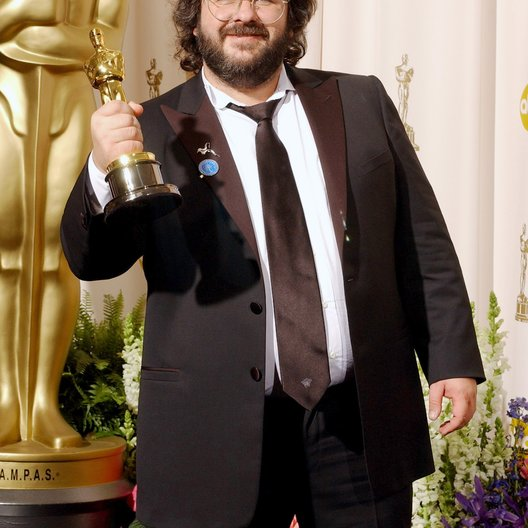 "Jackson, Peter / 76. Oscarverleihung, Hollywood, Los Angeles, CA / Oscar für: Best Director in ""Herr der Ringe - Die Rückkehr des Königs"" Poster"