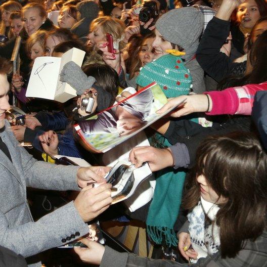"""Filmpremiere """"Breaking Dawn - Biss zum Ende der Nacht, Teil 2"""" in Berlin / Robert Pattinson / Autogrammstunde Poster"""