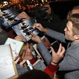 """Robert Pattinson / Filmpremiere """"Breaking Dawn - Biss zum Ende der Nacht, Teil 2"""" in Berlin / Autogrammstunde Poster"""