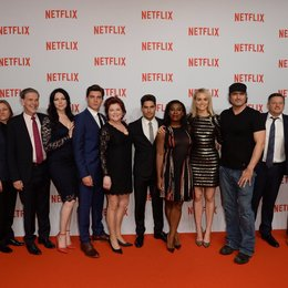 "Famke Janssen, Cindy Holland, Reed Hastings (beide Netflix), Laura Prepon, Zane Holtz, Kate Mulgrew, D.J. Cotrona, Uzo Aduba, Taylor Schilling (beide ""Orange is the New Black""), Robert Rodriguez, Ted Sarandos (Netflix) und Eli Roth v.l. Poster"