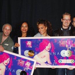 Dara Michelle (Director Island Def Jam), Sven Kilthau-Lander, Anshana Mtoro, Rihanna, Dirk Baur, Ulli Kuhnert und Matt Voss (Senior Vice President Island Def Jam) v.l. Poster