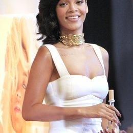 """Rihanna stellt Ihr neues Parfum """"Nude"""" vor Poster"""