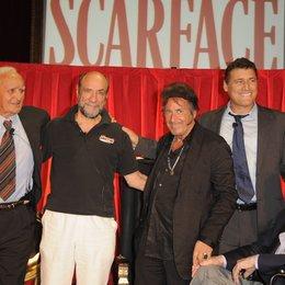 Robert Loggia, F. Murray Abraham, Al Pacino und Steven Bauer sowie Produzent Martin Bregman (v.l.) Poster