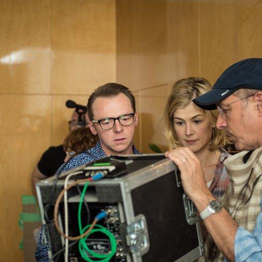 Simon Pegg, Rosamund Pike und Regisseur Peter Chelsom Poster